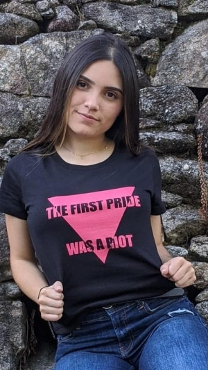 Camiseta-lgtbi-the-first-pride-was-a-riot-modelo-negro