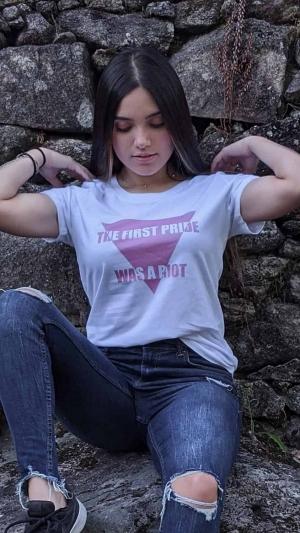 Camiseta-lgtbi-the-first-pride-was-a-riot-modelo-blanco