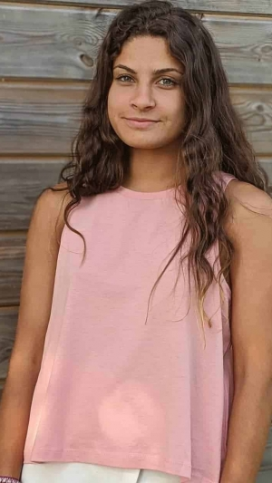camiseta-basica-de-tiras-basica-rosa-mujer-modelo-frente