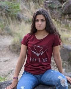 camisetas-feministas-hasta-el-coño-granate-modelo-sentada