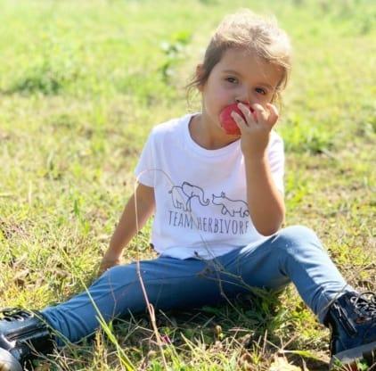 camisetas-veganas-infantiles-niña-vegana-comiendo-granada