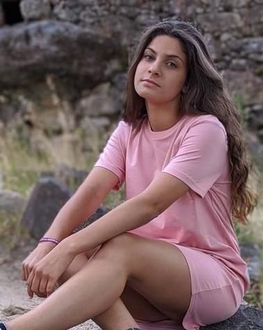Vestido-camiseta-basico-rosa-foto-modelo