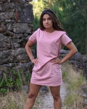 Vestido-camiseta-rosa-basicos-modelo-de-pie