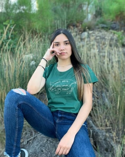 camisetas-veganas-cerdo-unisex-verde-botella-modelo