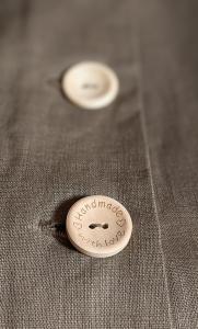 Detalle boton madera, falda lino
