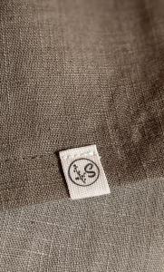 Detalle etiqueta, falda lino